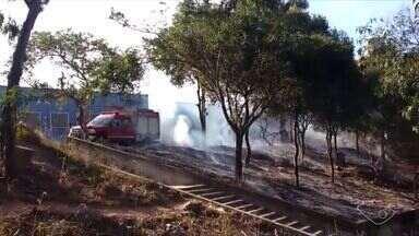 Incêndio ao lado de escola em Cariacica preocupa estudantes, no ES - Fumaça invadiu a quadra e as salas de aula. O Corpo de Bombeiros foi acionado e conteve o fogo. As aulas foram suspensas por causa da fumaça.