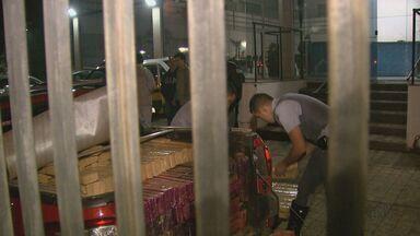 PM apreende 816 kg de maconha em motel de São Carlos - Dois homens foram presos e entorpecente foi levado para prédio da Polícia Federal em Araraquara.