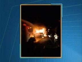 Incêndio destrói ônibus em Junqueirópolis - Ocorrência foi na madrugada desta quarta-feira (15).