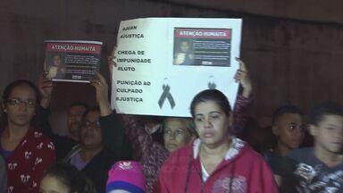 Familiares e amigos de um menino que morreu atropelado fazem protesto em São Vicente - O protesto é contra a impunidade. Motorista que atropelou a criança fugiu sem prestar socorro.