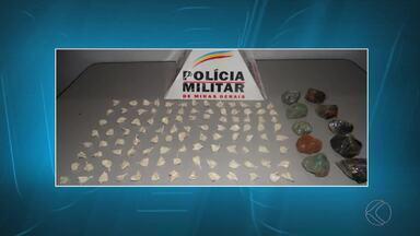 PM apreende drogas em Muriaé - Foram cinco porções e 104 papelotes de cocaína, alémde pedras de crack. Ninguém foi preso.