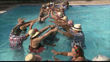 Quadrilha de São João dentro na piscina em João Pessoa - A turma do Clube da Pessoa Idosa aproveita o São João até dentro d'água.