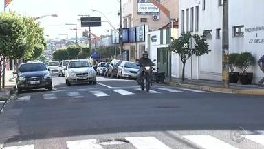Casal é atropelado e mulher morre em cruzamento no Centro de Birigui - Uma mulher de 65 anos morreu e um homem de 67 ficou ferido após um atropelamento nesta quarta-feira (15) no Centro de Birigui (SP). Segundo informações do Corpo de Bombeiros, as vítimas estavam atravessando o cruzamento das ruas Nove de Julho e Saudade quando foram atingidas por um carro.