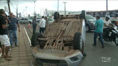 Acidente atrapalha trânsito em avenida de São Luís, MA - Acidente atrapalha trânsito em avenida de São Luís, MA