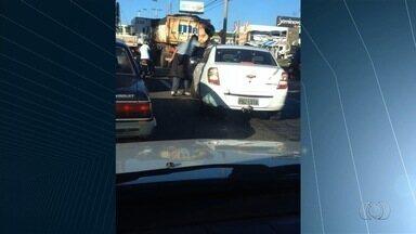 Motociclista joga capacete sobre carro durante briga no trânsito; vídeo - Piloto diz que foi tirar satisfação com motorista porque ele o atropelou. Condutor alega que não atingiu o piloto e foi perseguido, em Goiânia.
