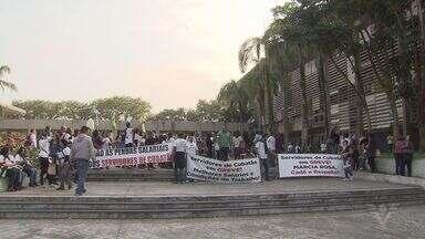 Funcionários de empresa que presta serviço para a prefeitura protestam em Cubatão - Professores também foram para as ruas para reclamar da administração municipal.