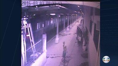 Criminosos armados são flagrados na estação e na linha de trem - As imagens chocaram os passageiros. A Supervia diz que já pediu várias vezes reforço no policiamento da plataforma da Central do Brasil. A polícia já conseguiu identificar alguns criminosos que aparecem no vídeo.