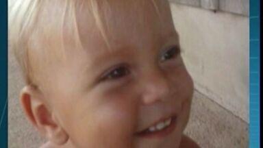 Polícia conclui que bebê morreu após agressões e babá é presa no ES - Babá é a principal suspeita do crime, que ocorreu em Aracruz.Menino estava com roupa encharcada de cloro e com feridas no rosto.