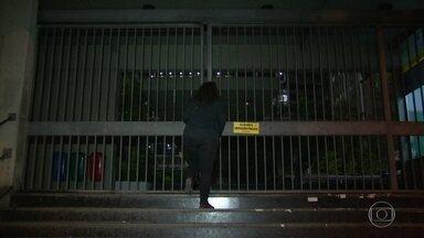 Servidores em greve na Uerj trancam prédio da universidade - O prédio da universidade ficou trancado durante toda a segunda-feira (20). Só os funcionários da área de recursos humanos puderam entrar.