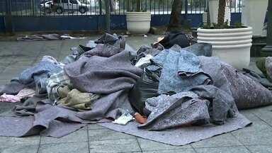 Cobertores ficam amontoados em város pontos do Centro Velho de São Paulo - Por causa doa frio e mortes de moradores de rua na última semana, agentes da GCM têm ordens de não retirar utensílios pessoais das pessoas que dormem nas ruas.
