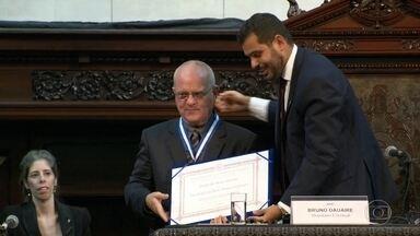 Jornalista Luis Erlanger é homenageado com a Medalha Tiradentes, na Alerj - Familiares e amigos ocuparam o plenário da Assembleia Legislativa do Rio de Janeiro para acompanhar a homenagem ao jornalista, escritor e ex-diretor da Globo.