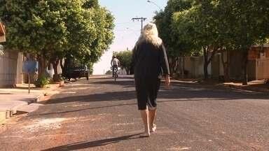 50 anos descalça - Olha essa história: A Dona Josefa de Turiúba não gosta muito de usar sapato não. Ela vai pra todos os lugares sem nada nos pés. Você precisa ver: