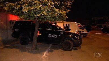 Três suspeitos de roubo morrem em tiroteio com policiais da Rotam, em Goiânia - Segundo a corporação, os homens se esconderam na casa onde houve o tiroteio depois de roubar um depósito de reciclagem localizado na Avenida Consolação, na Vila Santa Rita