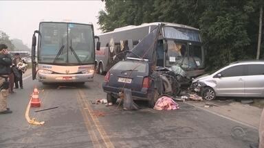 Três morrem em acidente envolvendo dois carros e um ônibus na BR-470 em Blumenau - Três morrem em acidente envolvendo dois carros e um ônibus na BR-470 em Blumenau