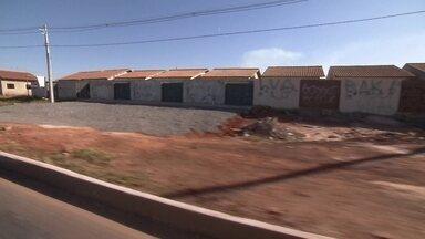 Famílias denunciam cooperativa que prometeu casa própria - A Codahb diz que a Codemor nem faz parte do programa habitacional.