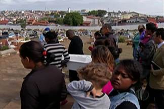 Corpo de menina que caiu em um buraco é enterrado em Mogi das Cruzes - Familiares estão revoltados com o buraco deixado pela Prefeitura depois da retirada de alguns barracos.
