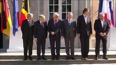 Países fundadores da UE pedem que britânicos acelerem pedido de saída - Conselho Europeu escolheu representante para coordenar separação. Agência Moody's avisa que pode rebaixar Reino Unido em breve.