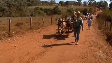 Fiéis fazem caminhada de Goiânia a Trindade durante Festa do Divino - Evento começou na sexta-feira (24) e continua com programação religiosa até domingo (26).