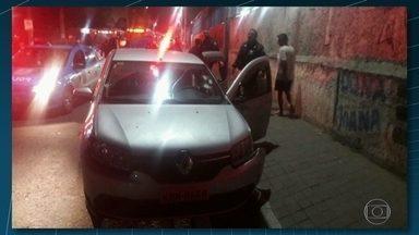 Perseguição em Nova Iguaçu termina em tiroteio - O tiroteio na madrugada desta quinta-feira (30) foi no meio da rua. Os policiais militares contaram que três bandidos estavam armados num carro roubado. A perseguição aconteceu em algumas vias movimentadas da cidade.