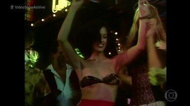 Reveja cena de Sônia Braga em 'Dancin´ Days' - No 'Pediu, Passou', telespectadora pede para assistir à cena em que Júlia chega da Europa com meias de lurex, que viraram febre nos anos 70