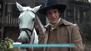 Rubião presenteia Joaquina com um cavalo - Mateus Solano e Andreia Horta comentam a relação dos dois na novela 'Liberdade, Liberdade'