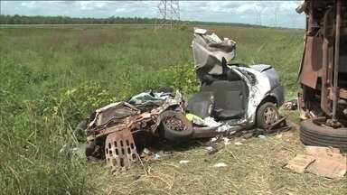 Acidente na BR 135 mata 8 pessoas, perto de São Luís - Segundo a Polícia Rodoviária Federal, um caminhão tentou desviar de um carro e bateu de frente no veículo em que viajavam as oito vítimas.
