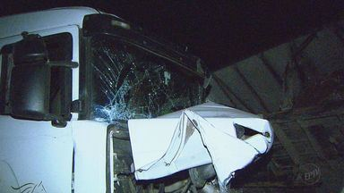 Dois caminhões batem na Rodovia Altino Arantes, em Altinópolis, SP - Motorista de caminhão carregado com combustível não conseguiu frear a tempo.