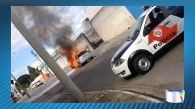 Carro pegou fogo neste domingo em São José - Ocorrência foi na zona sul.