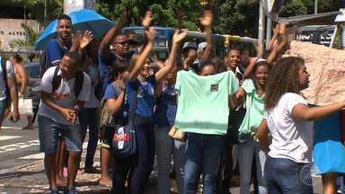 Volta às aulas: parte dos estudantes fica sem aulas na rede estadual; grupo protesta - O problema acontece por conta de problemas nos contratos ou pagamentos dos funcionários terceirizados.