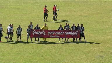 Mulher é surpreendida com pedido de casamento em jogo de futebol - O rapaz recebeu uma forcinha do time do Maringá FC para fazer o pedido.