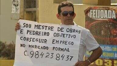 Homem usa cartaz com busca de emprego nas ruas de Fortaleza - Ceará sofre com queda no número de emprego há seis meses.