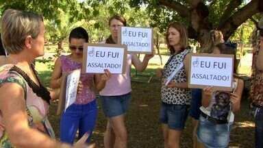 Moradores de Cuiabá usam cartazes para protestar contra insegurança - Moradores de Cuiabá usam cartazes para protestar contra insegurança