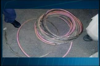 Guarda flagra homem furtando cobre em obras da Santa Casa em Araxá - Suspeito disse que trabalhava no local e que tinha autorização. G1 entrou em contato com o hospital e aguarda retorno.