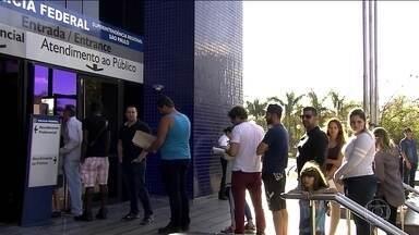 Emissão dos passaportes deve ser retomada nesta semana depois de 10 dias - E como ainda tem muitos documentos na fila de entrega, a situação vai demorar pra voltar ao normal.
