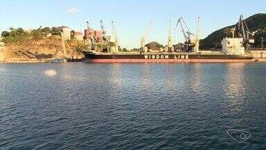 Dragagem do Porto de Vitória é retomada, no Espírito Santo - Atualmente o porto suporta atracagem de navios de 40 mil toneladas. Após a dragagem, navios com 70 mil toneladas poderão utilizar o porto. O aumento do movimento de cargas também vai gerar novos empregos.