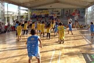 """Mogi das Cruzes tem opções de férias para a criançada - Projeto """"Super Ferias"""" do Sesi e Clínica de Basquete ajudam crianças a se movimentarem em julho."""