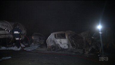 Corpo pode ser da mãe de bebê que se salvou de acidente - Corpo encontrado às margens da BR-277 pode ser de Caroline Fernanda, mãe da bebê retirada de carro em chamas.