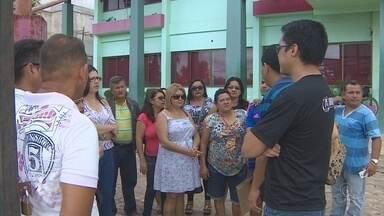 Servidores de Santana protestam contra salários atrasados de junho - Servidores de Santana protestam contra salários atrasados de junho
