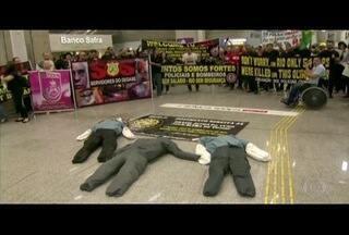 Policiais civis protestam perto do Aeroporto Internacional Tom Jobim, no Rio - Ato era contra atrasos no salários e por melhores condições de trabalho.