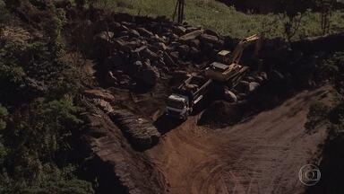 Ministério Público descobre obra não autorizada da Samarco em Mariana - Intervenções são em lago atrás de dique construído para conter rejeitos da barragem de Fundão, que se rompeu em novembro de 2015. Mineradora retirou ilegalmente terra e madeira de área de Mata Atlântica.