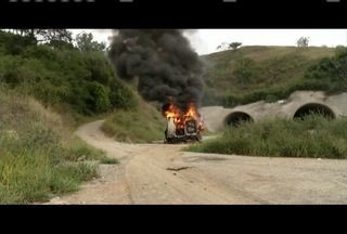 Três veículos são incendiados e interditam BR-381 em Antônio Dias - Autores do crime são procurados pela polícia.