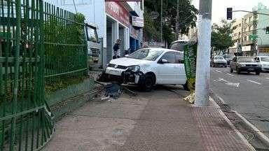 Carro bate em moto e invade posto de combustíveis em Vitória - Motociclista caiu, mas, segundo polícia, não se machucou com gravidade. Acidente aconteceu na avenida Vitória, na manhã desta terça-feira (5).