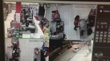 Moradores e comerciantes estão assustados com assaltos em Pilar do Sul - Comerciantes da região de Itapetininga (SP) estão assustados com a onda de roubos e assaltos. Na segunda-feira (4), o TEM Notícias mostrou a reclamação de falta de segurança em Guapiara. Nesta terça-feira (5) é a vez de Pilar do Sul. Na maioria dos casos os bandidos entram nos locais armados, rendem os funcionários e levam todo o dinheiro.