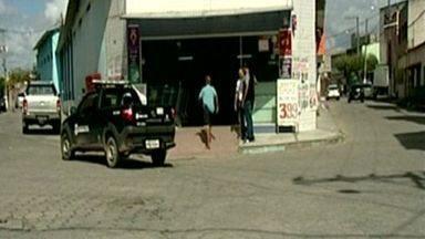 Criminosos roubam mais de R$ 40 mil de empresário em São Mateus, no Norte do ES - Vítima foi obrigada a abrir o cofre de supermercado.Empresario, a esposa e funcionário foram feitos reféns.