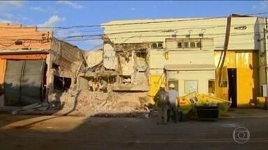 Quadrilha destrói prédio em assalto no interior de SP - Troca de tiros com a polícia durou 40 minutos. Bando explodiu transformadores e deixou bairro sem luz.