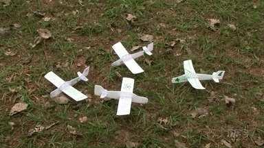 Tá Barato: Aprenda a fazer um aviãozinho de isopor - Para fazer o brinquedo você vai precisar de uma placa de isopor, clipes, caneta e estilete.