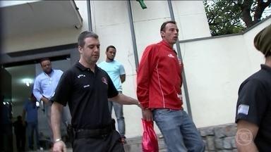 Polícia Civil investiga fraudes em resultados de jogos de futebol - Nesta quarta-feira (6), foram cumpridos dez mandados de prisão em São Paulo, Rio de Janeiro e Ceará. Dinheiro para comprar jogadores e técnicos vinha de bolsas de apostas online de países asiáticos.