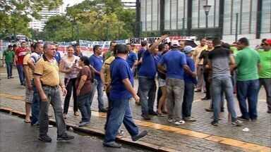 Trabalhadores do transporte alternativo protestam na sede do Governo do Ceará - Protesto deixou o trânsito lento na região.
