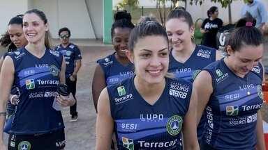Brasília Vôlei começa a pré-temporada com renovação do elenco - Time treinou com várias novidades no time.