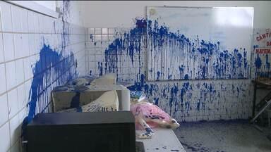 Vândalos invadem escola e picham ameaças contra diretora na Zona Oeste de Campina Grande - Os computadores e livros foram danificados e as paredes foram pichadas com ameaças de morte contra diretora da escola.